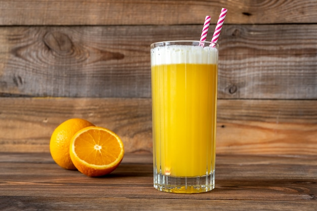 Bicchiere di yellow bird cocktail con arancia fresca