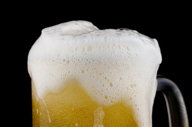 Bicchiere di birra di frumento gialla non filtrata e schiuma