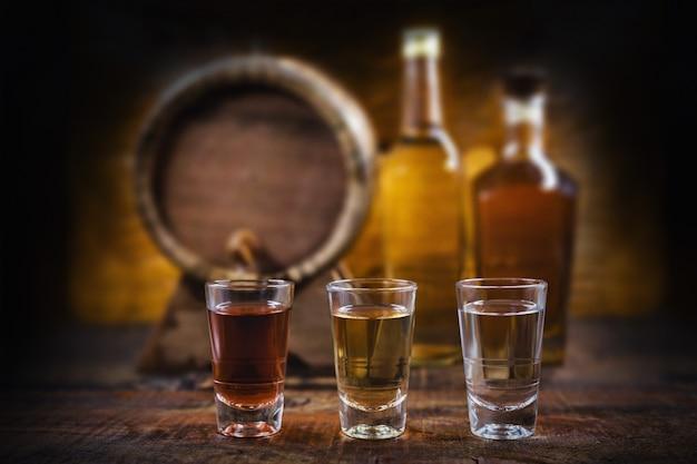 Bicchieri di bevande alcoliche, cachaça, rum e cognac. selezione di forti bevande alcoliche.