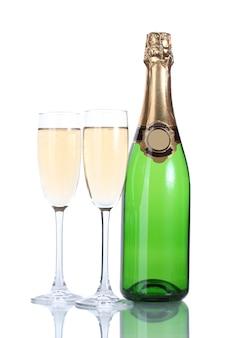 Bicchieri e bottiglia di champagne isolati su un bianco
