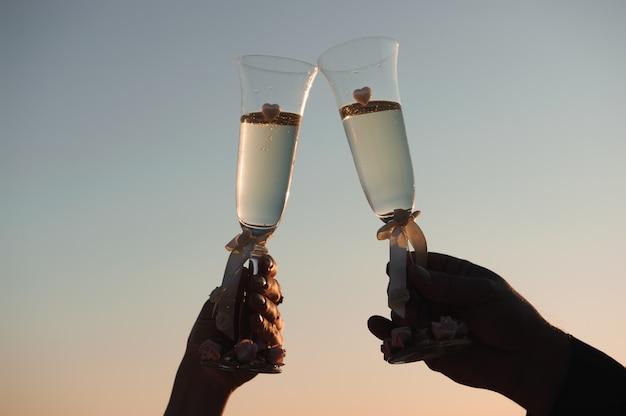 Bicchieri di champagne in riva al mare - decorazione di cerimonia di nozze