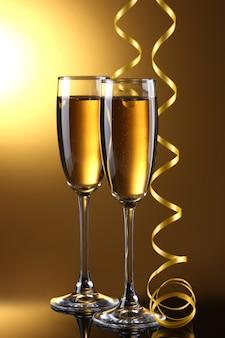 Bicchieri di champagne e stelle filanti