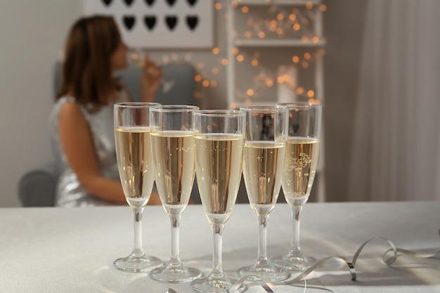 Bicchieri di champagne sul tavolo bianco in camera