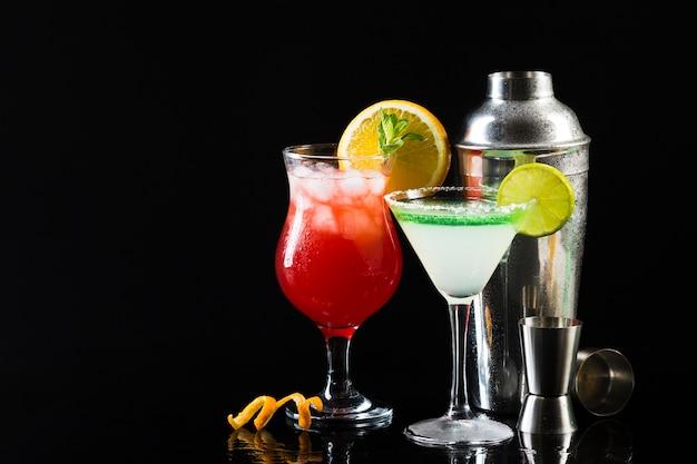 Bicchieri di cocktail con shaker e copia sapce