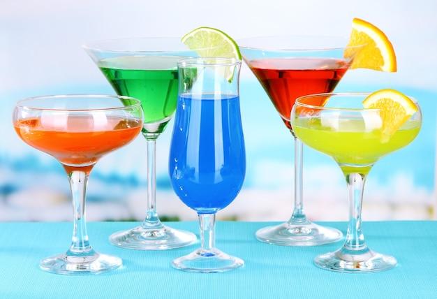 Bicchieri di cocktail sul tavolo vicino alla piscina