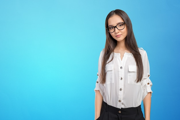 Ritratto felice della donna di occhiali di vetro che esamina macchina fotografica