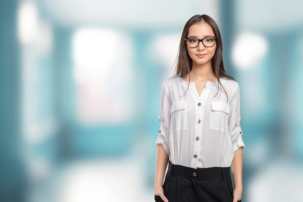 Ritratto felice della donna di occhiali occhiali che guarda l'obbiettivo
