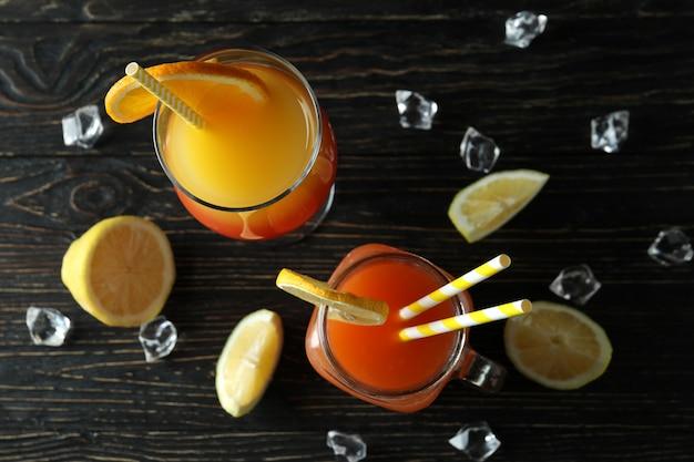 Bicchieri di cocktail estivi freschi su tavola in legno rustico