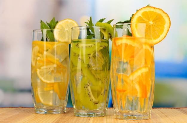 Bicchieri di bevande alla frutta con cubetti di ghiaccio sul tavolo nella caffetteria