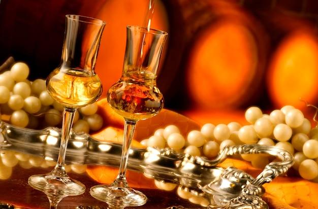 Bicchieri di grappa in cantina
