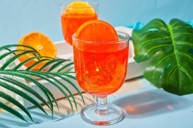 Bicchieri di tè all'arancia fatto in casa