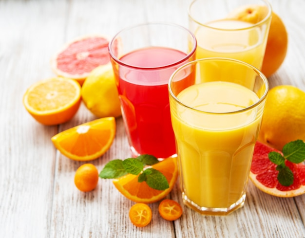 Bicchieri di succo e agrumi