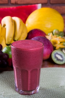 Bicchieri di succo con frutta fresca per l'estate.