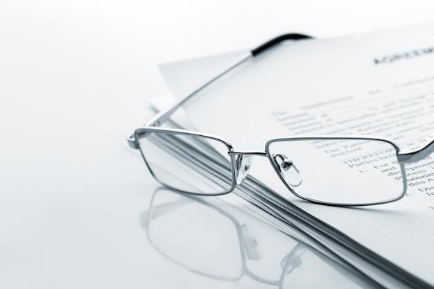 Gli occhiali si trovano sul giornale