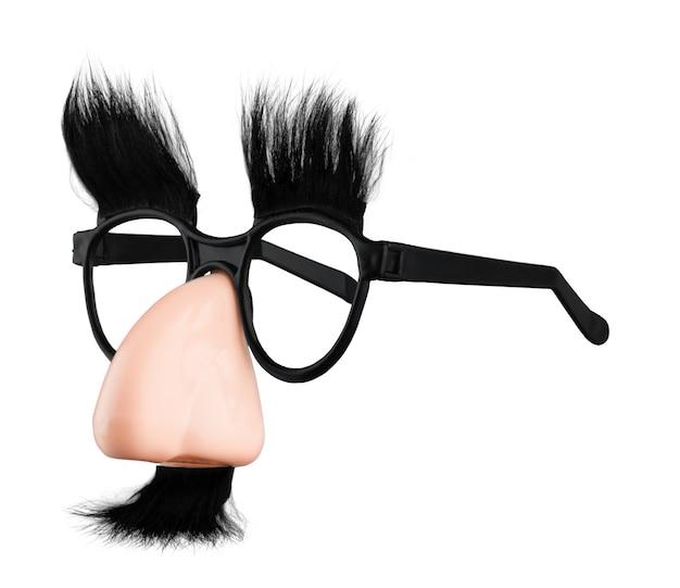 Occhiali e naso con maschera baffi isolati su sfondo bianco.