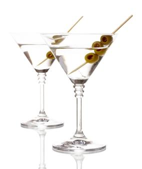 Bicchieri e olive isolati su bianco