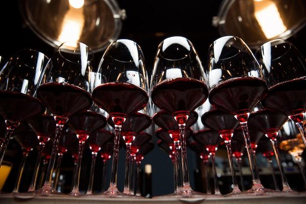 I bicchieri di vino rosso sono sul tavolo, pronti a servire.