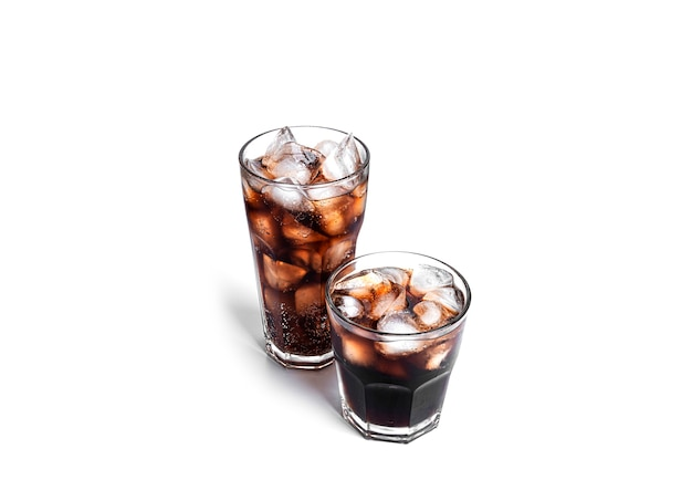 Bicchieri di soda isolati su bianco.