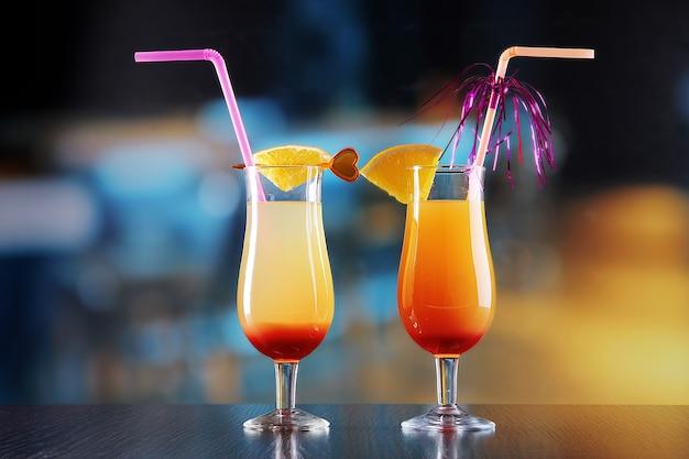 Bicchieri di gustosi cocktail sul luminoso
