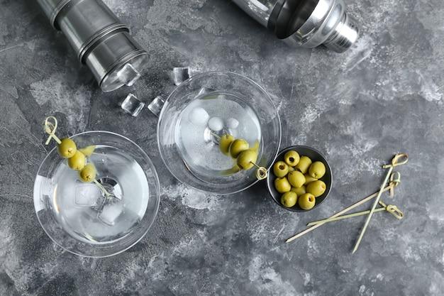 Bicchieri di gustoso martini con olive sulla superficie del grunge