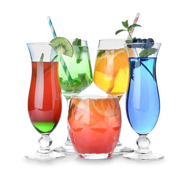 Bicchieri di gustosi cocktail estivi isolati