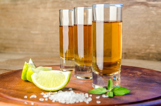 Bicchieri di tequila sulla tavola di legno