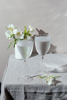 Bicchieri d'acqua e fiori sul tavolo