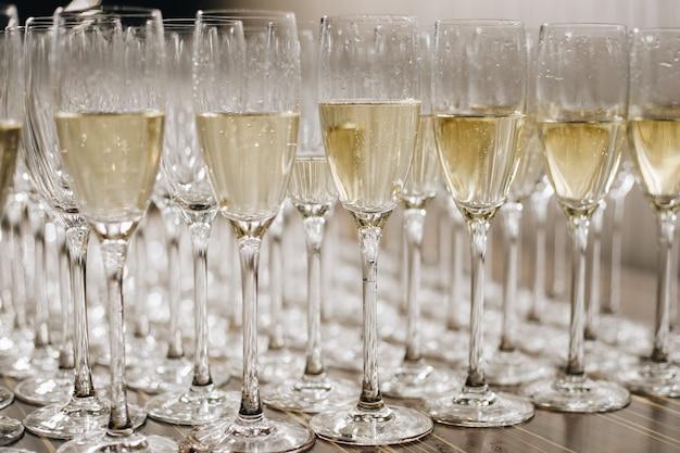 Bicchieri di spumante bianco a un matrimonio