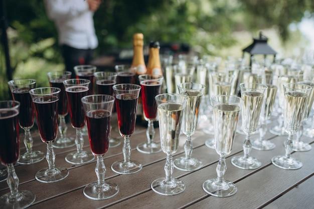 Bicchieri di vino bianco sul bancone del bar, piccola profondità di messa a fuoco