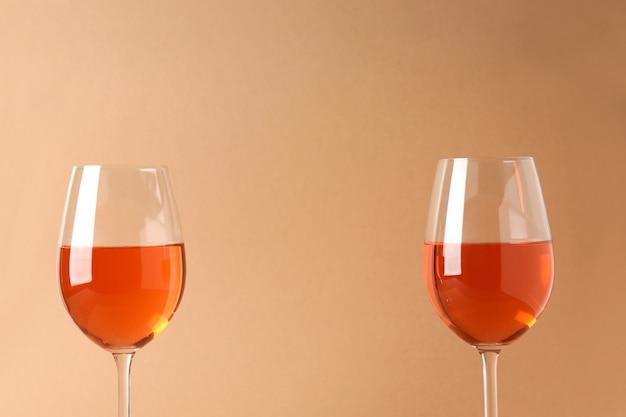 Bicchieri di vino su fondo beige, spazio per il testo
