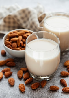 Bicchieri con latte di mandorla e mandorle in tavola