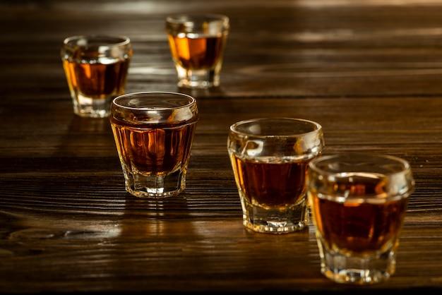 Bicchieri con brandy sul tavolo, bevande alcoliche forti
