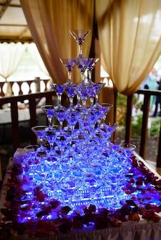 Bicchieri con champagne e cocktail.
