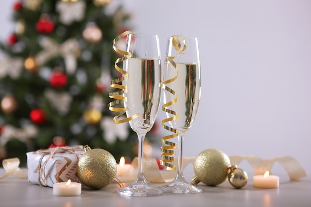 Bicchieri con champagne sul tavolo vacanze di capodanno