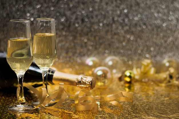 Bicchieri con champagne sul tavolo