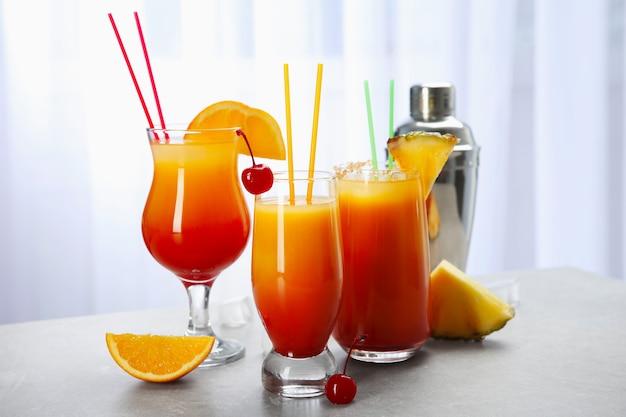 Bicchieri con cocktail sex on the beach contro le tende bianche
