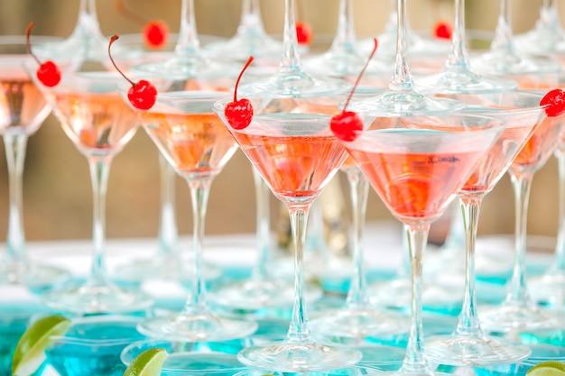 Bicchieri con cocktail e lime