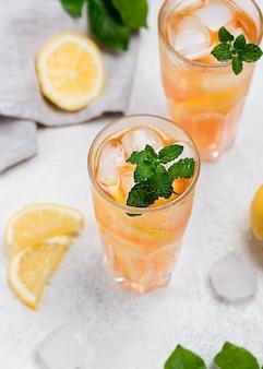 Vetri con il tè di ghiaccio fresco sullo scrittorio