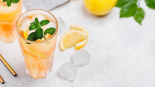 Vetri con il tè di ghiaccio fresco con copia-spazio