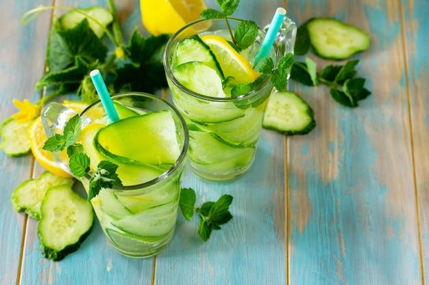 Bicchieri con acqua disintossicante fresca biologica fredda e rinfrescante e cetriolo copia spazio