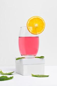 Bicchieri con pink lady cocktail photogarafado su sfondo bianco