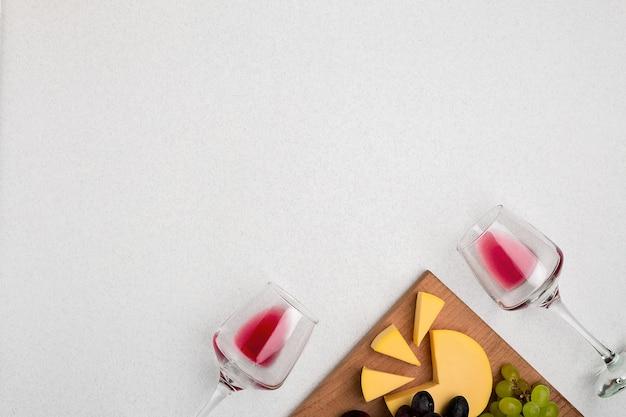 Bicchieri con vino rosso su sfondo bianco dalla vista dall'alto