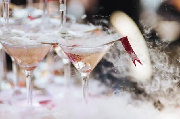 Bicchieri con fumo di azoto liquido.