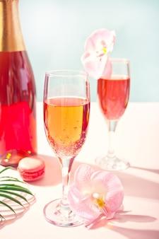 Bicchieri con cocktail di zucchero filato dolce e bottiglia sulla superficie