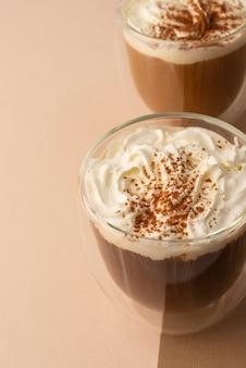 Bicchieri con panna montata e caffè