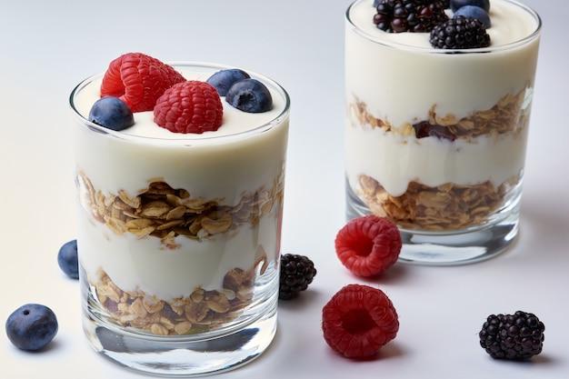 Bicchieri di yogurt e muesli con frutta fresca