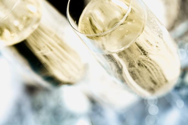 Bicchieri di delizioso champagne su sfondo scuro