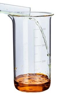 Vetreria con liquidi per analisi di laboratorio isolata on white, close up