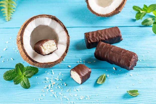 Cagliata glassata al cioccolato con cocco su sfondo blu