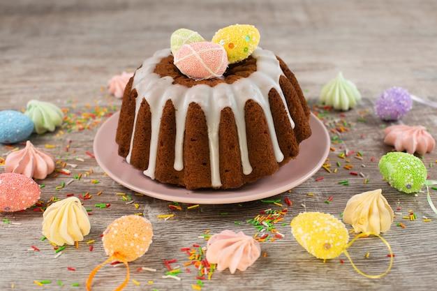 Torta pasquale smaltata decorata con caramelle mini uova